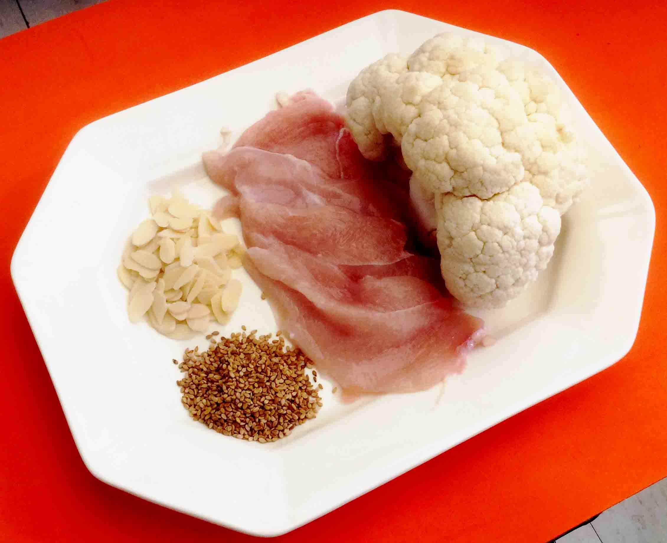 Fuente de calcui vegetal. Ingredientes de la coliflor con pollo y sésamo